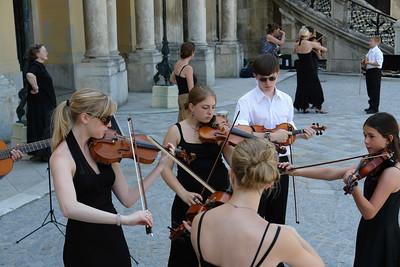 Vor dem Schloss bereiten sich junge, englische Musiker auf ein Konzert vor. Bernd hatte leider keine Zeit.