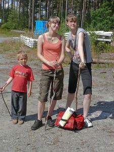 Natürlich mussten wir auch die Insel erkunden. Claudia, Anna und Richard bereiten sich auf eine Wanderung auf den höchsten Berg der Insel vor.