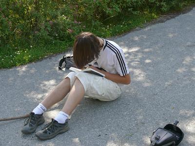 Dass Ludwig bei jeder Gelegenheit ein Buch in der Hand hat kennt man ja,...
