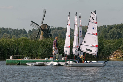 Oskar war für den Laser Kurs angemeldet, aber am letzten Tag durften sie alles mal ausprobieren. Hier nimmt er sich ein Boot der Open BIC Klasse.