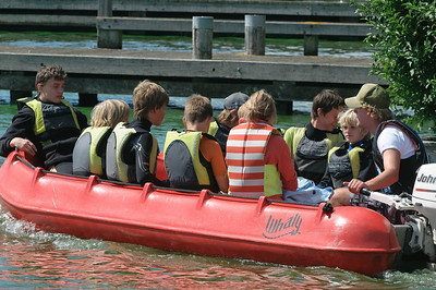 Oskar und Ludwig waren für eine Woche auf dem See Kaag zum Segeln. Das Wetter war nicht ganz ideal, aber trotzdem haben sie viel Spaß gehabt. Hier wird Oskar mit seiner Gruppe zu den Booten gebracht.