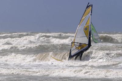 Ludwig kam ganz gut klar mit dem Brett aber fuer die Brandung im Meer ist es  noch ein weiter Weg. Hier ein Surfer bei starkem Wind in Katwijk.
