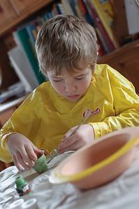Richard hat beim Bemalen der Eier und Eierbecher für Ostern kräftig mitgeholfen.