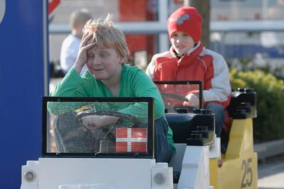 Oskar macht seinen Führerschein in der Legoland Fahrschule. Der dänische Junge vor ihm war am verzweifeln. Wann geht's endlich weiter??