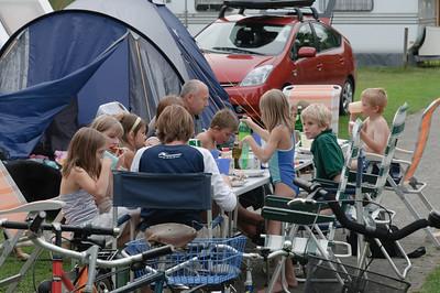 Auf dem Weg nach Siegen machten wir in Haselünne bei Bernds Schwester Petra und Schwägerin Lisa mit Ihren Familien Station. Dort auf dem Campingplatz wurde den Kindern viel geboten: Reiten, Minigolf und Quadbike waren gratis!