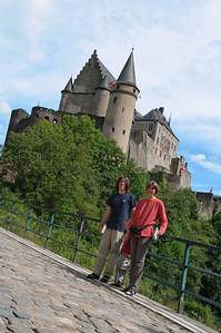In und um die Eifel gibt es malerische Orte mit tollen alten Schlössern. Dieses Schloss im Hintergrund fanden wir in Vianden in Luxemburg.