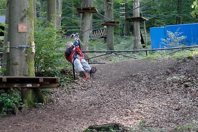 """In Vianden waren wir auch in einem Hochseilgarten """"Indian Forest"""". Nach einer Einweisung konnte sich auch Richard alleine sichern, um dann den Flying Fox zu benutzen."""