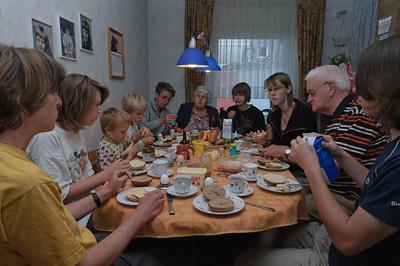 Bei Mechtild und ihrer Familie in Siegen reichte der Platz am Tisch gerade für die ganze Familie. In Siegen haben wir auch Ludwig wieder getroffen. er war vorher bei seinem Freund Ryan in England und ist von dort aus selber über Amsterdam nach Siegen gereist.