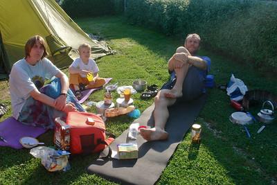 So haben wir gefrühstückt. Kein Problem bei Sonnenschein... Bernds Benzinkocher ist zwar schon über 25 Jahre alt, funktioniert aber immer noch problemlos.