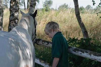 """Am letzten Tag bekamen unsere Kinder noch Reitstunden. Oskar bereitet seinen """"Future"""" auf den Ausritt vor."""