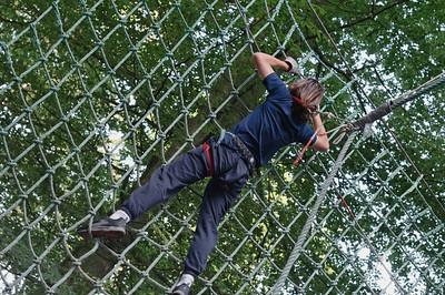"""Hier musste sich Ludwig mit einer """"Liane"""" an ein Netz schwingen, um von dort aus zum nächsten Baum zu gelangen. Das war wohl die schwierigste Stell im Parcours. Bernd schaffte es auch, aber nicht so elegant wie Ludwig. Helga und Oskar waren weise und nahmen den Weg ueber die Leiter!"""