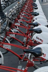 Überall in Barcelona fand man diese rot-weißen Fahrräder. Mit der richtigen Karte kann man sie einfach ausleihen und an einem anderen Stand wieder abstellen. Das schein ganz gut zu funktionieren.