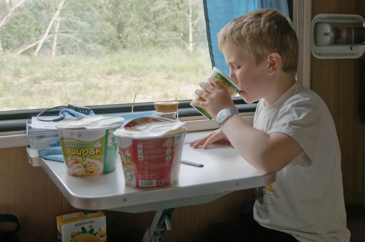 Jetzt geht's weiter nach Irkutsk. Das Standardessen während der Zugfahrt: Nudeln mit Wasser aus dem Samowar.