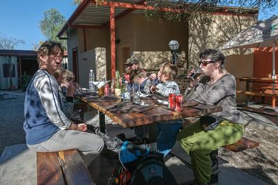 Auf der Fahrt vom Etosha Park nach Damara gab es zu Mittag in einem Biergarten.