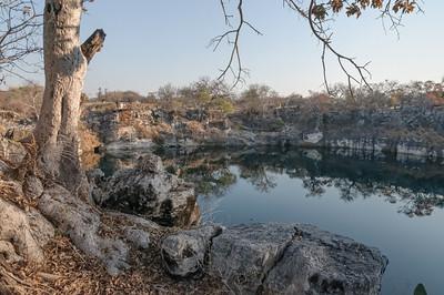 Auf dem Grunde des Sees liegen Kanonen und ein ungeöffneter Tresor.