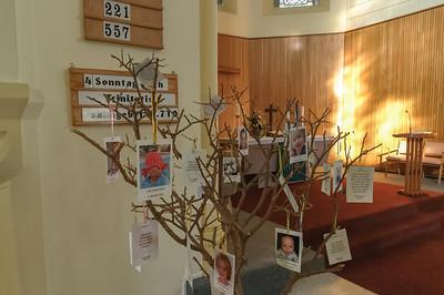 Der Taufbaum in der Kirche.