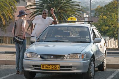 Und hier bestellt Oskar das Taxi zurück. 74NAD. Der Fahrer erklärte uns das seien 18NAD pro Person. Und wir haben's nicht gemerkt...