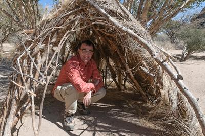 In dieser Hütte schlafen die Buschmänner zu dritt...