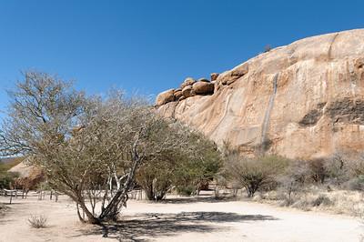 An diesem Felsen liegt das Dorf der Buschmänner (Living Museum).