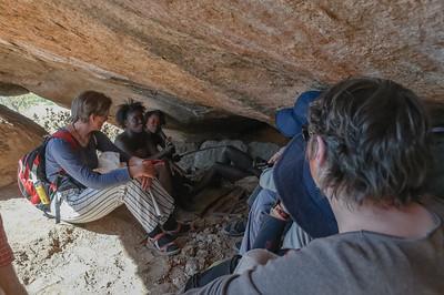 In dieser Höhle kann man sich erholen und vor Elefanten verstecken. Bevor man hinein geht, schmeisst man besser einen Stein hinein. Das scheucht zum Beispiel Schlangen auf.