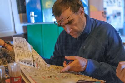 Wolfgang liest eine deutsche Tageszeitung.
