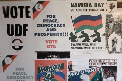Politische Plakate sind auch an den Wänden.