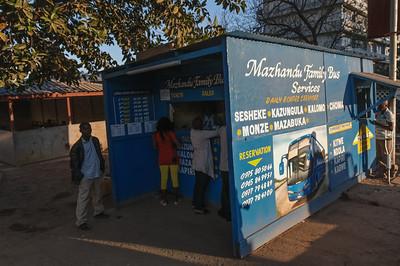 Mit einem Bus der Familie Mazhandu fahren wir in 2 Tagen nachKapiri Mposhi. Von da aus nehmen wir den Zug nach Tanzania.