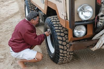 Bevor wir in die Dünen fahren konnten, musste unser Führer Tommy noch Luft aus den Reifen lassen. Dann fährt es sich besser auf Sand.