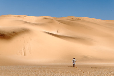 Tommy auf der Suche nach interessanten Lebewesen in der Wüste.