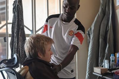 Oskar bekam in Kapiri Mposhi einen Haarschnitt. Der Friseur schien aber nicht sonderlich viel Erfahrung zu haben.