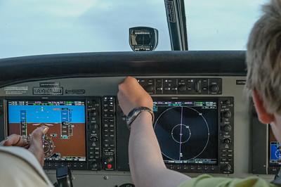 Hier stellt Oskar den Autopiloten auf den neuen Kurs ein.