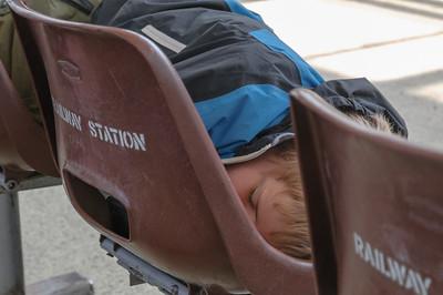 Richard ist von der Busfahrt noch ganz müde.