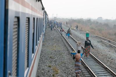 Wenn der Zug hielt war am Bahnhof ein reges Treiben.