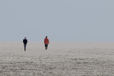 Zwei Männer gehen ihren Weg.