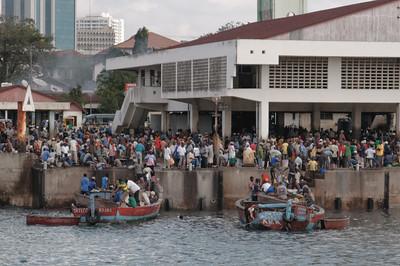 Ein Markt an der Hafenausfahrt.