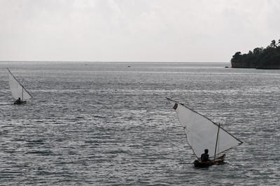 Die zwei Fischerboote kamen unserer Schnellfähre ziemlich nahe.