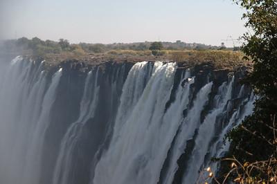 In dedr Trockenzeit ist dieser Teil der Wasserfälle ohne Wasser. Der Hauptteil der Fälle liegt in Simbabwe und hat das ganze Jahr Wasser.