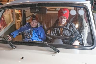 Oskar und Richard probieren einen Trabi im DDR Museum.