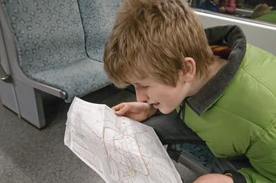 Oskar studiert die karte, hat aber Probleme mit der kleinen Schrift. Sein linkes Auge ist sehr schlecht. Nach Ostern bekommt er die neuen Linsen. Dann wird es besser gehen.