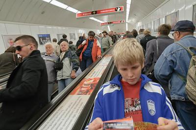 Die Rolltreppe hinunter zur Metro ist ungewöhnlich lang. Fast wie in Moskau.