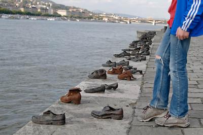 Sind alle diese Leute in die Donau gesprungen? Es ist eine Skulptur und die Schuhe sind aus Eisen.  Ein Mahnmal an die Progrome an den Juden.
