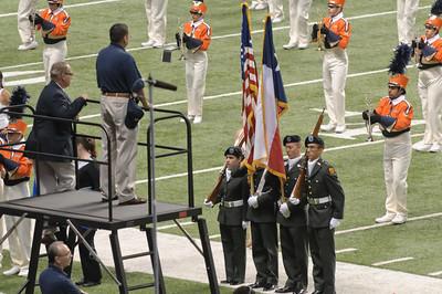 Natürlich wurde vor dem Spiel die Nationalhymne gespielt. Und alle Veteranen mussten sich erheben, um Applaus zu bekommen!