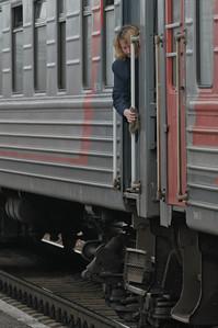 Die Zugbegleiterin wischt noch einmal über die Griffe bevor die Passagiere aussteigen dürfen.