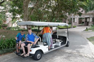 Mit elektrischen Autos kann man sich über das Gelände bringen lassen.
