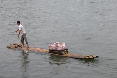 Die Männer auf den zerbrechlichen Bambusbooten wollen Souvenirs verkaufen.