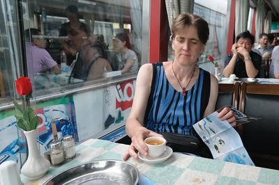 """Am zweiten Tag in Guilin machen wir die """"Li River Cruise"""". Zur Begrüssung auf dem Schiff gab es grünen Tee. Wir vermissen den Kaffee gar nicht mehr."""