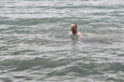 Bernd nimmt derweil ein kurzes Bad. Das Wasser hatte keine 10 Grad...