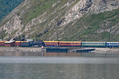 Ein Zug auf der historischen Bahnstrecke am Baikalsee. Hier fahren heute nur noch Züge für Touristen.