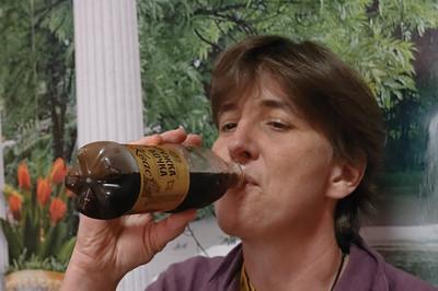 Helga probiert Kvas. Kvas ist sehr populär im Sommer und wird oft frisch, direkt aus dem Tank verkauft. Es schmeckt wie Malzbier.