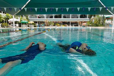 Mit aufgeblasenen Schwimmanzügen kann man sich wunderbar im Wasser treiben lassen.